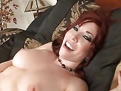 Érett vörös hajú milf megérinti magát