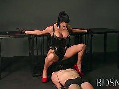 BDSM xxx szeretője sub fiú kezeli a szopást